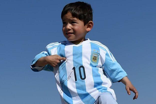"""Murtaza Ahmadi, posant fièrement avec son """"vrai"""" maillot dédicacé par Lionel Messi."""