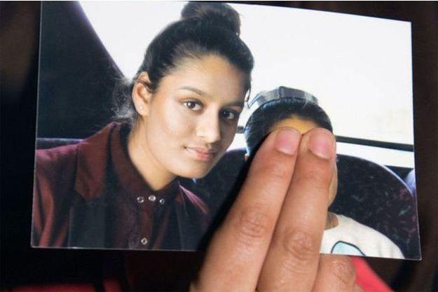 La soeur de Shamima Begum tient dans sa main une photo de la jeune femme, en février 2015.