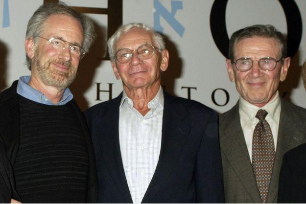 Steven Spielberg, Lewis Fagen et Leon Leyson en 2004, lors d'un événement commémorant les dix ans de la sortie du film en 2004.