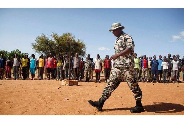 Les Casques bleus devront surtout renforcer l'armée malienne, ébranlée par des mois de chaos. Sur la photo, un soldat passe devant un camp d'entraînement des Forces de libération du Nord (FLN), une milicie d'autodéfense comme il s'en est formé de nombreuses depuis la chute des casernes de l'armée malienne dans le Nord.