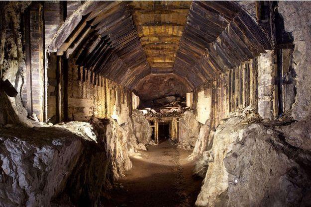 De nombreuses galeries souterraines comme celle-ci ont été bâties sur ordre des nazis, qui y auraient dissimulé une partie de leurs richesses à la fin de la guerre. Ici, une galerie photographiée en mars 2012 à Gluszyca-Osowka, en Pologne.