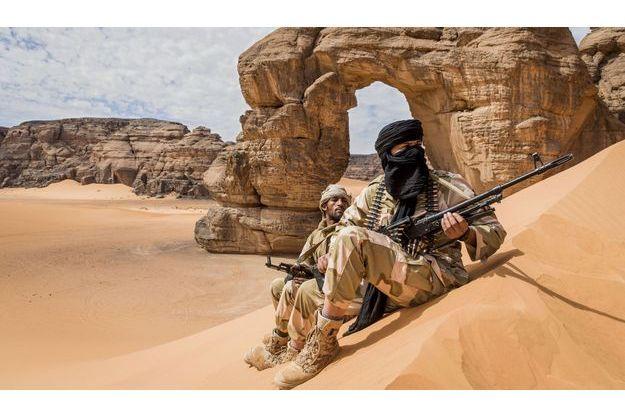 Deux militaires de la Katiba Tenere. La «brigade du Sahara», devant l'arche de Forzhaga, dans le massif de l'Akakus.