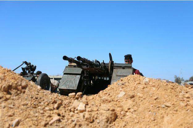 Un membre des forces de Misrata prend position près d'un camp militaire à Tripoli.