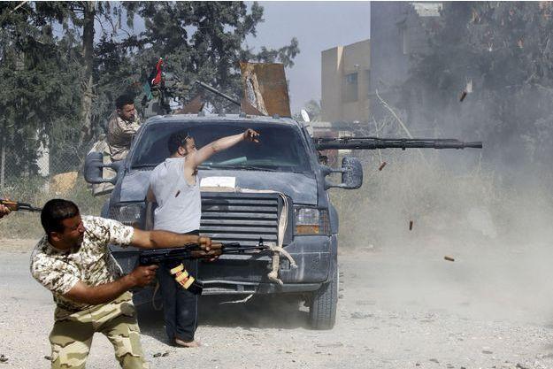 Des hommes des forces progouvernementales dans le quartier d'Ain Zara, à Tripoli, le 20 avril.