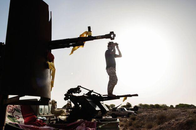 28 juin 2016, pendant le siège de Syrte Ici, les Forces de sécurité du gouvernement de Tripoli surveillent les positions ennemies. Ces combattants luttaient alors contre Daech, ils craignent aujourd'hui le retour d'une forme d'occupation djihadiste.