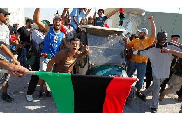 Les jeunes rebelles libyennes devant la fameuse voiturette de Kadhafi.