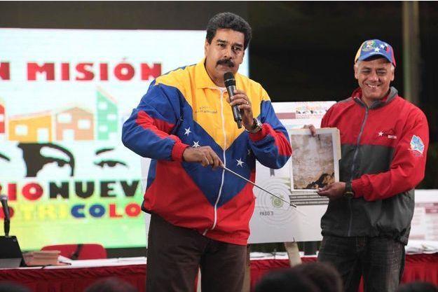 Le 30 octobre à Caracas, Nicolas Maduro présente les photos de l'apparition de Chavez dans un tunnel du métro.
