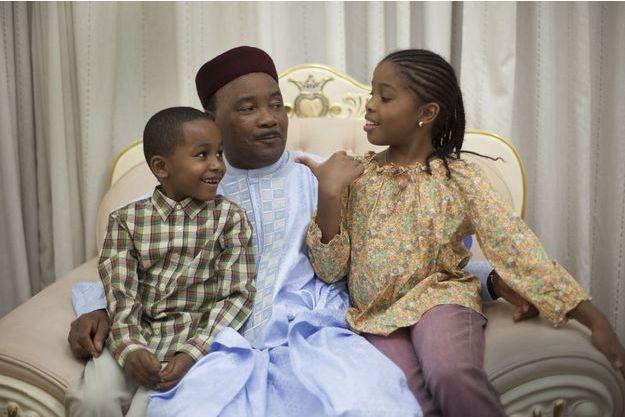Au cœur de la crise qui bouleverse le Sahel, le président du Niger, Mahamadou Issoufou, 60 ans, partage un moment de tendresse avec ses enfants, à Niamey.