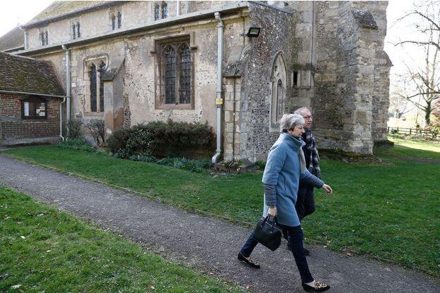 Theresa May et son mari Philip, après la messe, dimanche à Maidenhead.