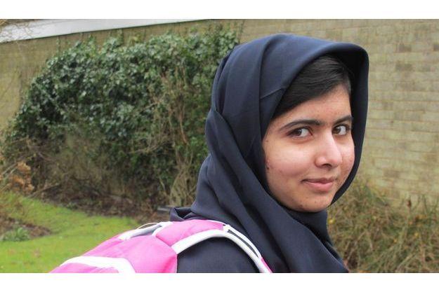 Malala devant son nouveau lycée, à Birmingham.
