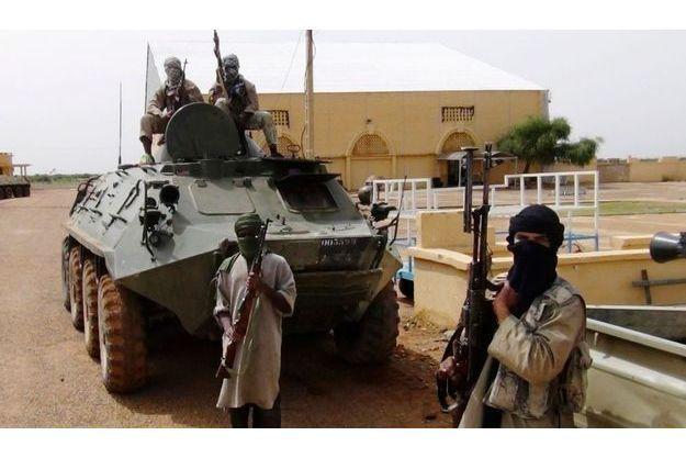 Des combattants du groupe islamiste Mujwa, lié à Al Qaida, dans la ville de Gao (Mali), le 7 août dernier.