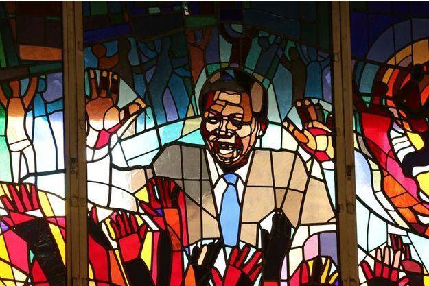 Les vitraux d'une église représentant Madiba.