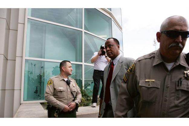Le Dr Murray arrive au tribunal de Los Angeles, situé près de l'aéroport international. Entraîné par Coblentz, l'adjoint du shérif du comté, il a obtenu de ne pas être menotté.