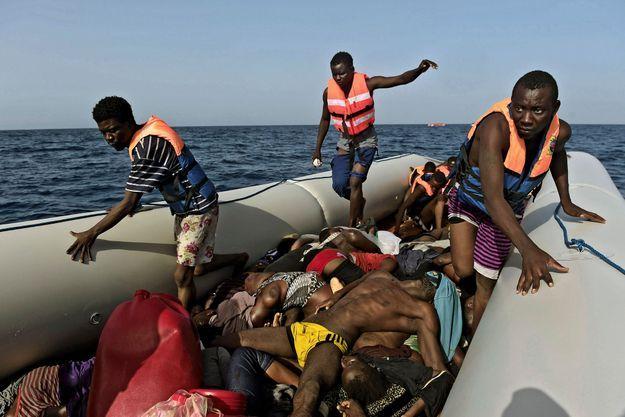 Dans le Zodiac surchargé, les naufragés marchent sur les morts. Mardi 4 octobre, à la frontière des eaux territoriales libyennes, lors d'une opération de sauvetage. Les plus affaiblis n'ont pas survécu.