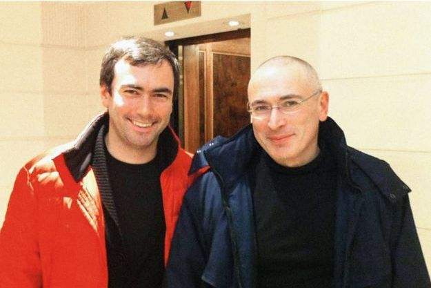 Mikhaïl Khodorkovski, le crâne rasé, comme tous les prisonniers en Russie, retrouve son fils à Berlin