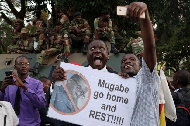 """La population est descendue dans les rues de Harare, la capitale, pour fêter le départ du """"crocodile""""."""