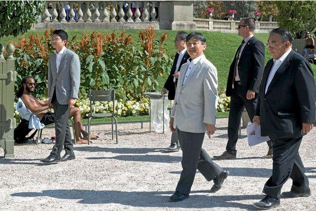 Sa Majesté du pays du Soleil-Levant découvre l'été indien à Paris, le 12 septembre.