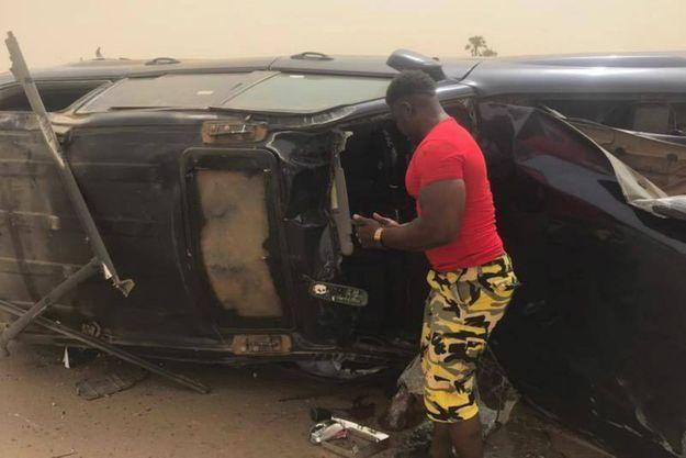 La voiture où se trouvait des responsables du syndicat étudiant s'est renversée ici à Niamey le 10 avril 2017, après avoir été prise en chasse par les forces de l'ordre réprimant les manifestations
