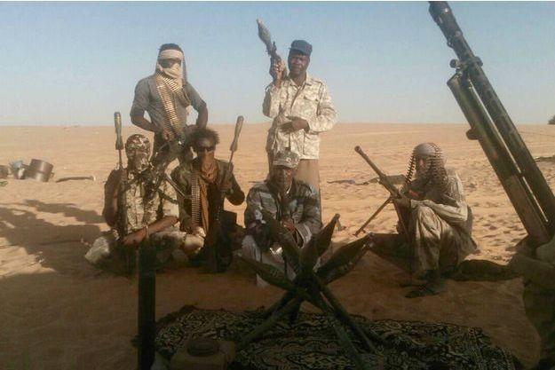 Des membres du Mouvement pour la justice et la réhabilitation du Niger posent avec leur arsenal, mitrailleuses russes BKC, lance-roquettes RPG 70, dans le Kawar Manga, septembre 2016
