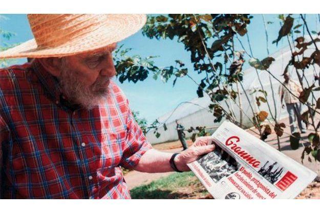Fidel Castro tient le journal Granma.