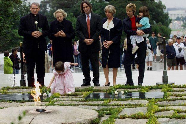Dans cette photo datant du 6 juin 2000, Saoirse Kennedy Hill, place une rose blanche sur la flamme éternelle, la pierre tombale du président John F. Kennedy, au cimetière national d'Arlington, en Virginie.