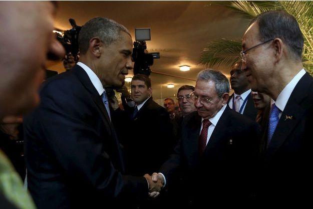 La poignée de main entre les présidents américain Barack Obama et cubain Raul Castro.