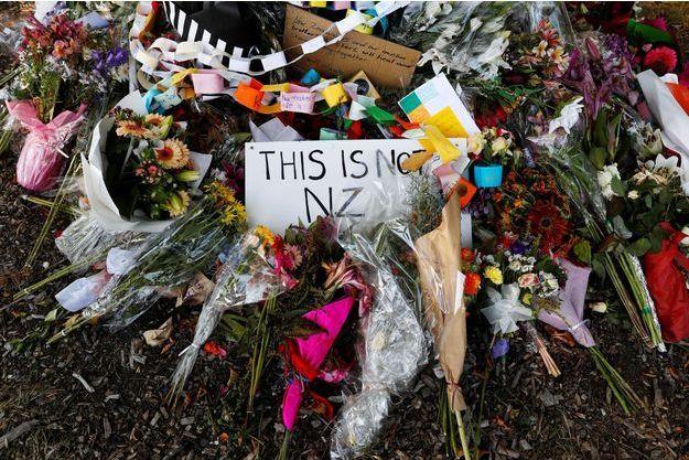 Des hommages toujours nombreux sur les lieux du drame.