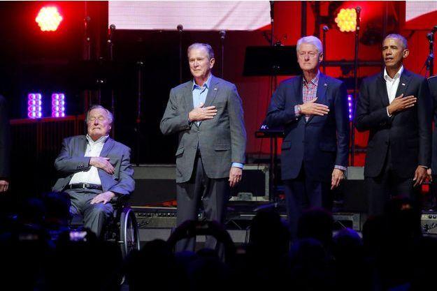 George W.H. Bush, George W. Bush, Barack Obama et Bill Clinton lors d'un concert de charité au Texas en 2017.