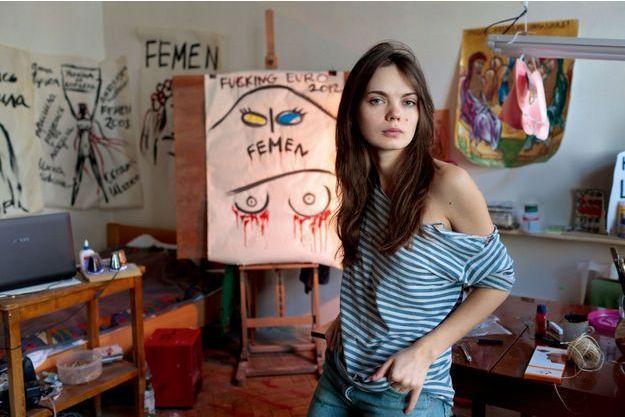 A Kiev, dans sa chambre-atelier, où notre reporter l'avait rencontrée en 2012. Oksana a alors 25 ans et met son art au service de son combat.