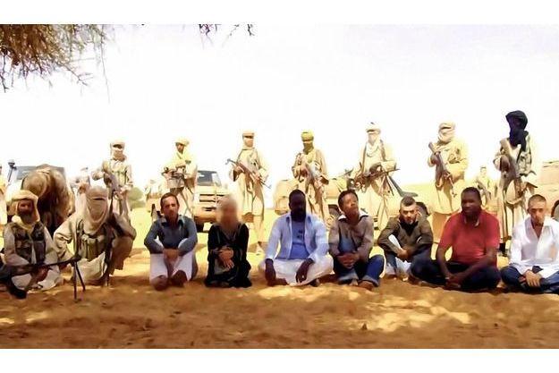 Image extraite d'une vidéo des sept otages enlevés à Arlit, au Niger, le 16 septembre 2010. Tous étaient des expatriés travaillant pour Areva ou pour une succursale de Vinci. Cinq sont des Français. Le rapt a été revendiqué par Aqmi. Françoise Larribe et les deux Africains ont été libérés en février 2011.
