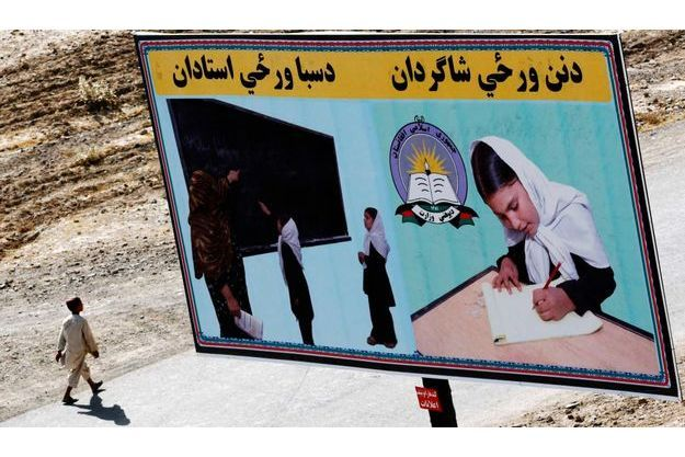 Une publicité encourageant les jeunes filles à aller à l'école, alors que les taliban essayent au contraire de les en dissuader en multipliant attaques.