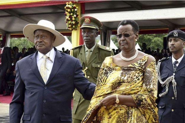 Le président Yoweri Museveni et son épouse la ministre de l'Education Janet Museveni célèbrent le cinquième mandat du Président, à Kampala, Ouganda, en mai 2016.