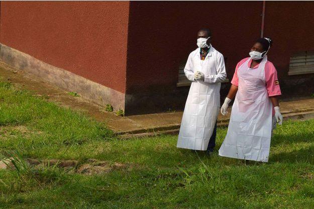 Le personnel médical en Ouganda fait face à Ebola.
