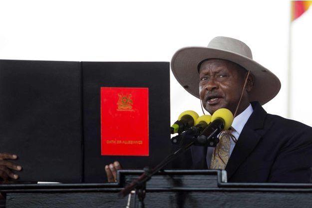 Yoweri Kaguta Museveni prêtant serment jeudi 12 mai 2016 à Kampala.