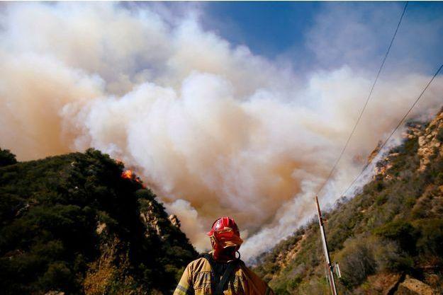 Les flammes ne faiblissent pas en Californie, où au moins 50 personnes ont perdu la vie.