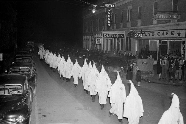Des membres du Ku Klux Klan se rendent à l'édification d'une croix enflammée, à Swainsboro, en Géorgie, le 3 février 1948. (photo d'illustration)
