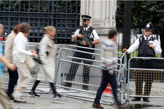 Août 2017, des policiers surveillent les entrées du palais de Westminster.