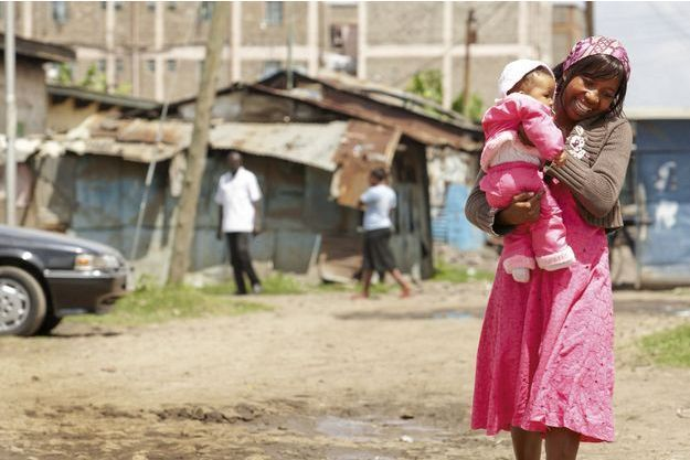 Femme et son enfant, à Nairobi, au Kenya.