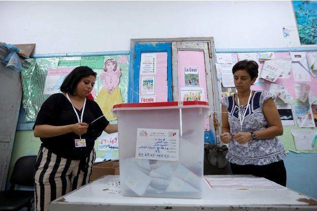 """Présidentielle en Tunisie : les candidats """"anti-système"""" assurent être qualifiés au 2ème tour"""