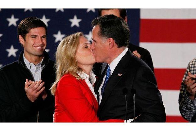 Mitt Romney embrassant sa femme Ann.
