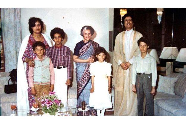 Mouammar Kadhafi, son épouse Sofia, ses enfants Hanibal, Seif Al-Islam, Aicha, Moutassim, et l'ancienne dirigeante indienne Indira Gandhi (au centre).