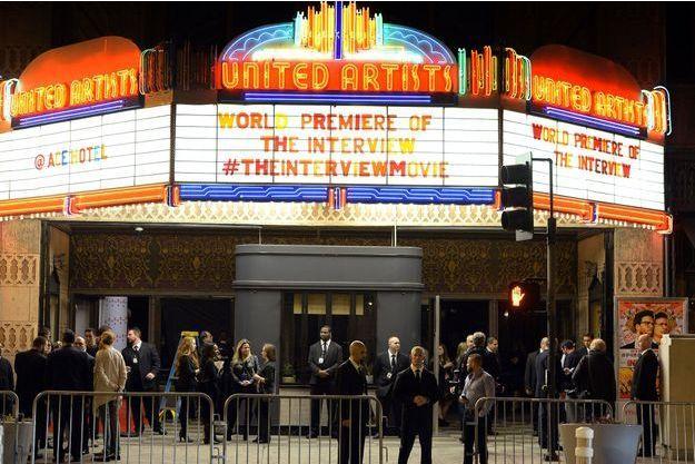 Des gardes sont placés devant un cinéma, lors de la première du film à Los Angeles le 12 décembre.