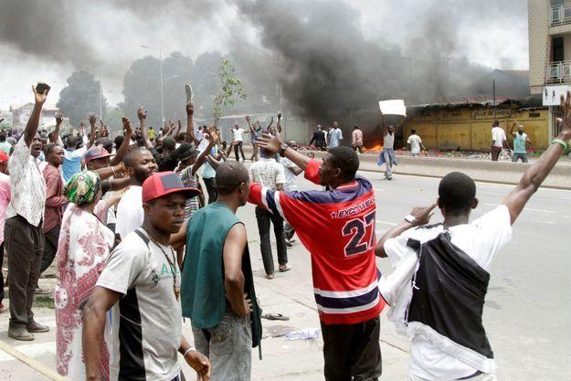 Un homme pleure devant les locaux de l'UDPS, parti de l'opposition, d'où des Casques bleus évacuent des victimes, le 20 septembre 2016 à Kinshasa.