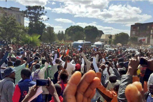 La foule accueille le candidat à la présidentielle Moïse Katumbi le 9 mai 2016 devant le palais de justice de Lubumbashi