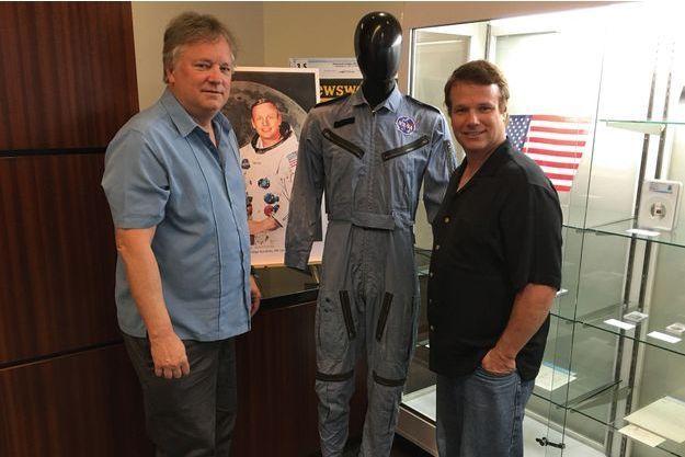 Rick et Mark Armstrong, 50 ans après. Ils viennent de vendre les collections de leur père, pour payer les frais d'université de leurs enfants.