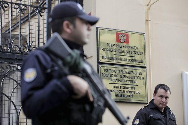 Le consulat russe à Istambul sous la protection des forces anti-émeutes turques.