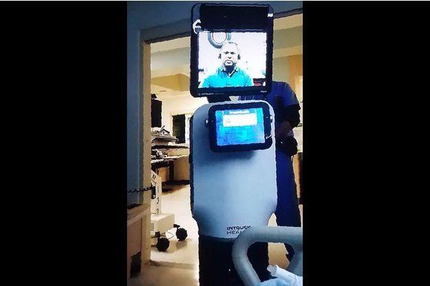 """Capture d'écran de la vidéo prise par la petite-fille du patient montrant le """"robot docteur""""."""