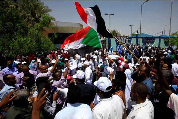 Des manifestants au Soudan, fin mai.