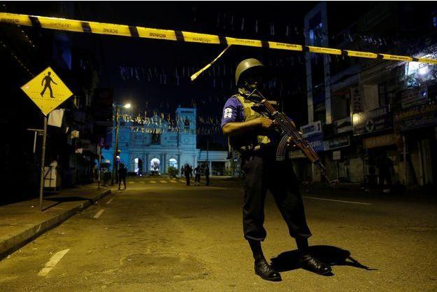 Un policier protège une église, au Sri Lanka.
