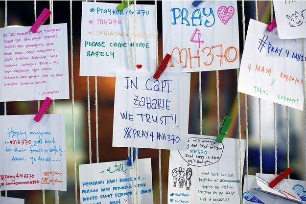 Des messages ont été accrochés en soutien aux passagers du vol.